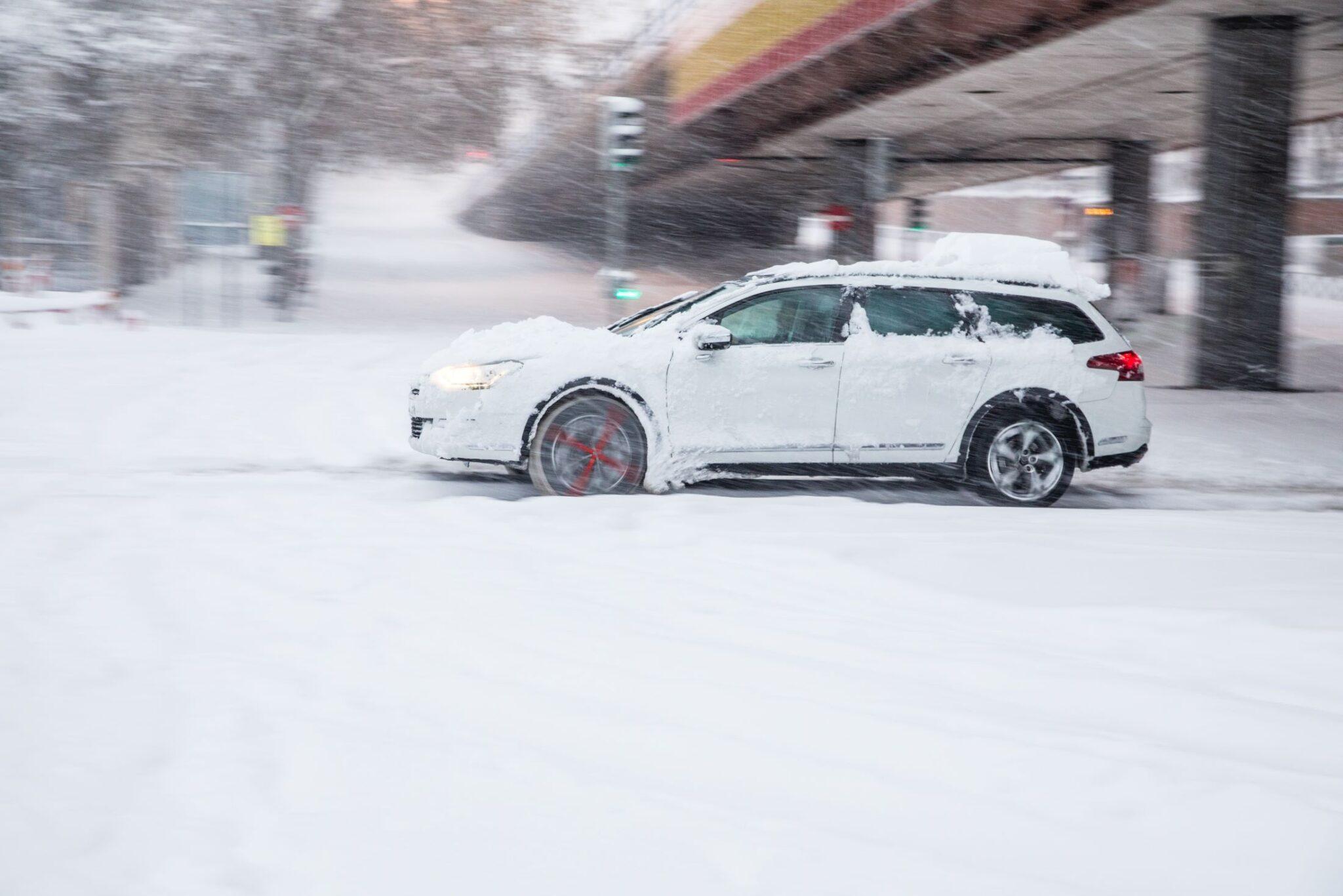 ¿Cómo conducir con nieve o hielo?